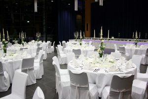 Hochzeit runde Tische und Hussen_11